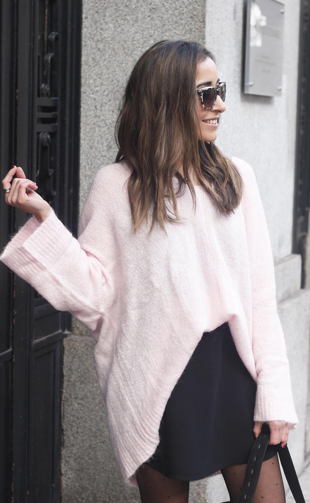Pink sweater black skirt bulgari ring gloria ortiz bag heels outfit styel fashion10