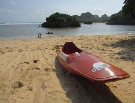 perahu kano di pantai gatra