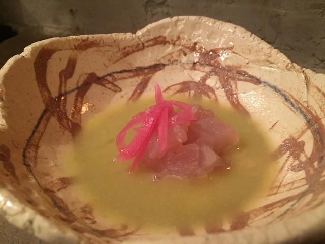 Ceviche de dorado, cebolla encurtida, cilantro y jobo