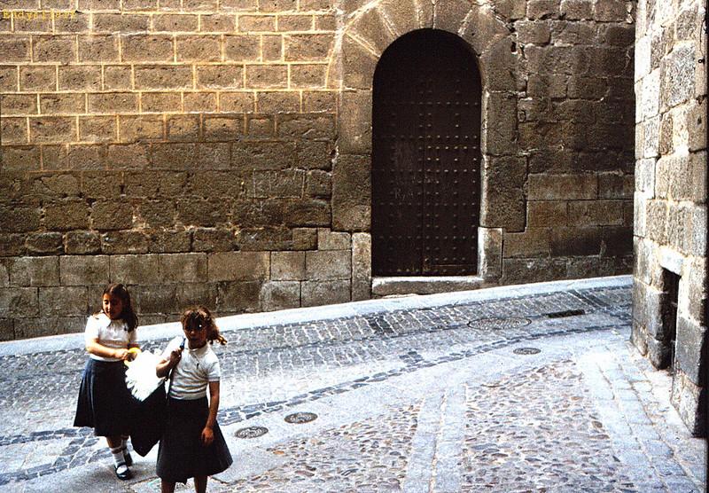 Colegialas en la Calle Sixto Ramón Parro en Toledo en 1981. Fotografía de Eddy Allart © Eddy Allart