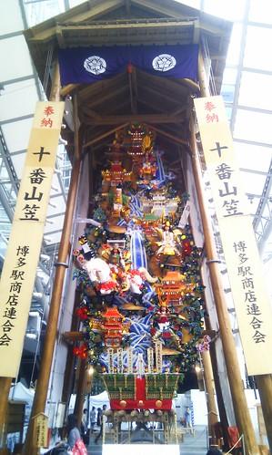 博多駅前の山笠 (表)