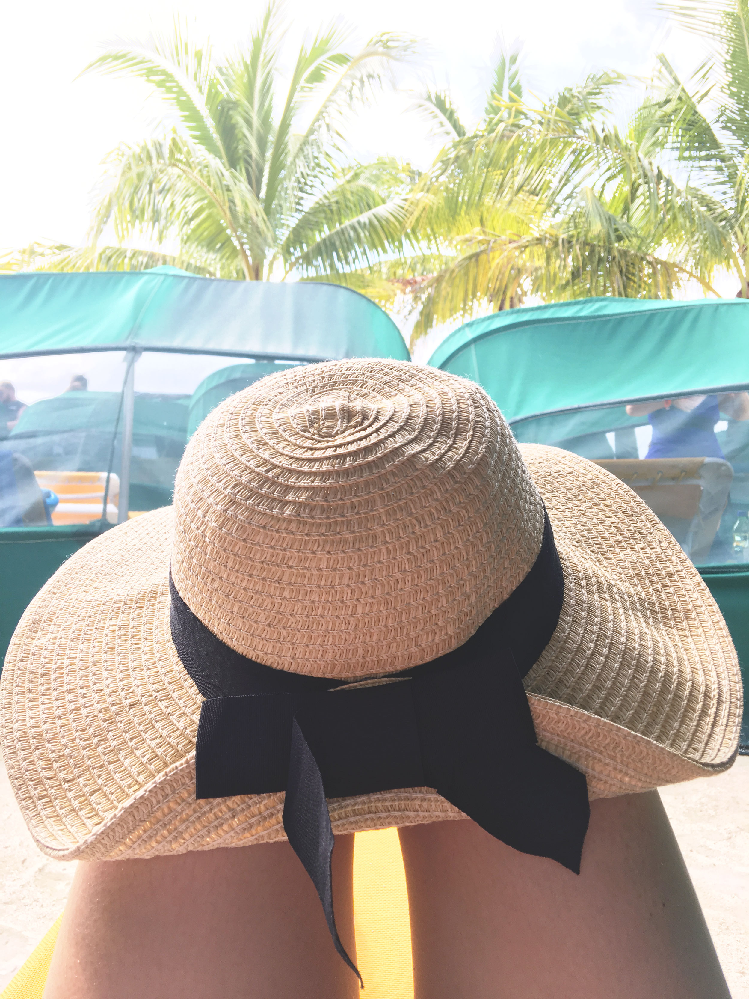 Bow sunhat on the beach