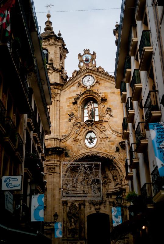 Kale Nagusia & Iglesia de Santa Maria