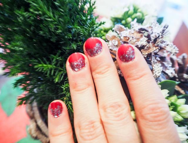 PC254929joulukynnetpunainenglitter.jpg,havuasetelma, joulu, christmas, kukka asetelma, decoration, koristella, koristeet, christmas style naiils, joulu kynnet, christmas nails, red and glitter, punaista ja glitteriä, joulukynnet, joulu kynsilakka, idea, inspiration, viininpunainen, dark wine red, nail polish, kynsilakka, kynnet, nails, beauty, kauneus, essie, essie nailpolish, glitter kynsilakka, sininen glitter kynsilakka, blue glitter nailpolish, shade, sävy, christmas nails, sparkly, kimaltavat kynnet, jouluiset kynnet,
