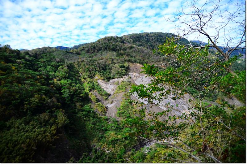 獅子尾山稜線俯瞰梅蘭林道坍方段