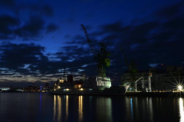 川崎造船のドックに停泊する船の写真