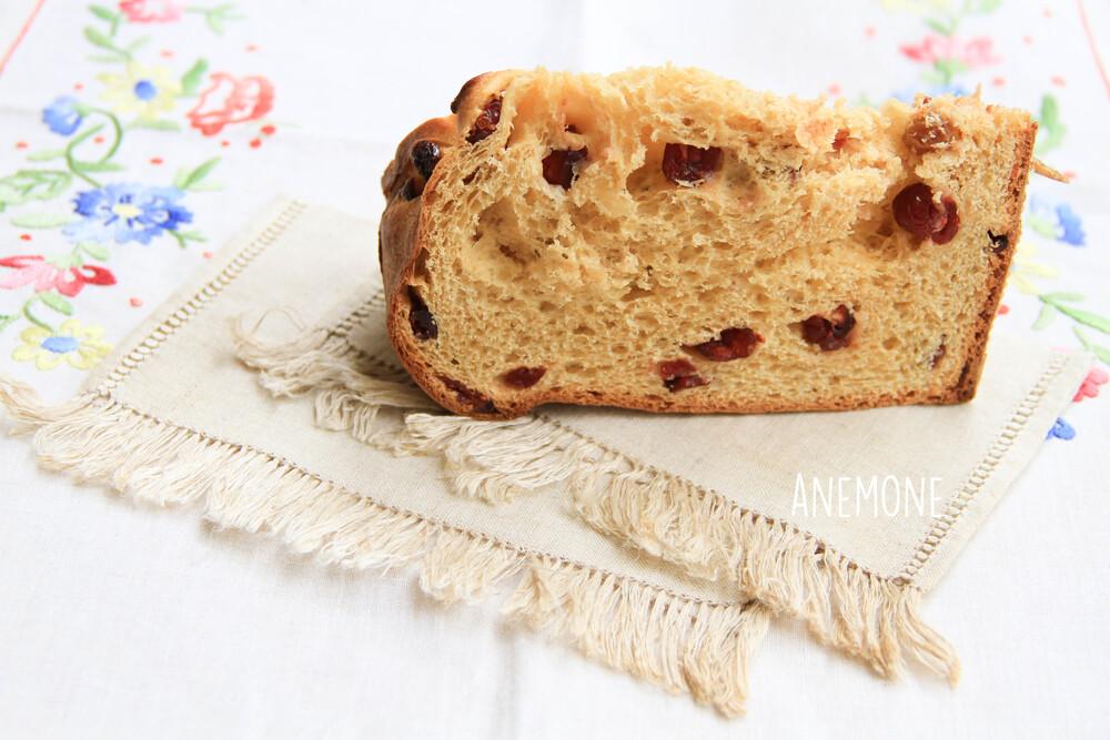Panettone impastato a mano con lievito madre, farina di tipo 1, zucchero integrale di canna e mirtilli rossi.