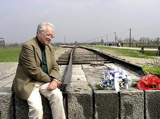 Meditacija na kraju zloglasne željezničke rampe u Auschwitz-Birkenau (2008.)