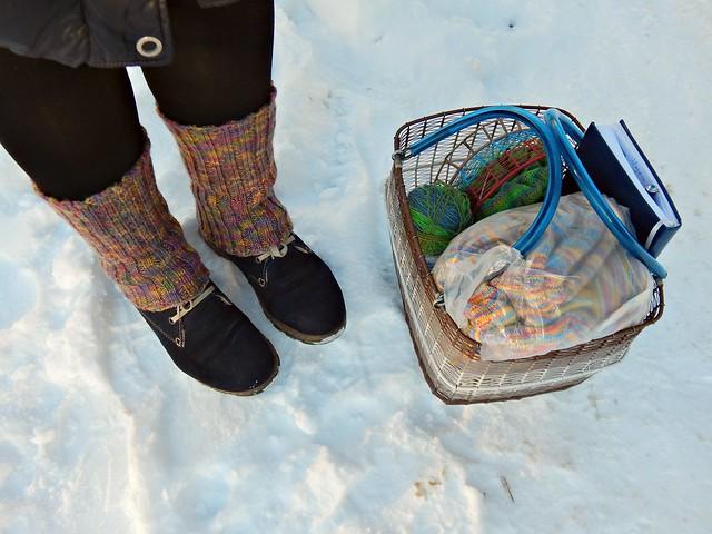 Воскресная зимняя вязальная фотография ног и корзинки с рукоделием | Winter Sunday knitting photo of legs and knitting basket | HoroshoGromko.ru