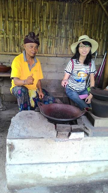 Vanny sedang mencoba menggoreng kopi Bali