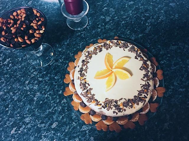 AppelssiinisuklaaJuustokakku, juustokakku, cheesecake, christmas dessert table, coffee table, jälkiruokapöytä, kahvipöytä, herkut, treats, joulu, christmas, orange- chocolate cheesecake, appelssiini-suklaajuustokakku, joulupipari, gingerbread cookies, appelsiini, orange, suklaa, chocolate,