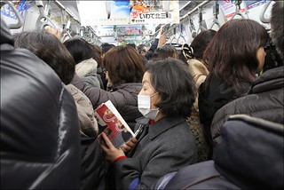 Tokyo-Crowded-Subway-Woman-Reading-Blog