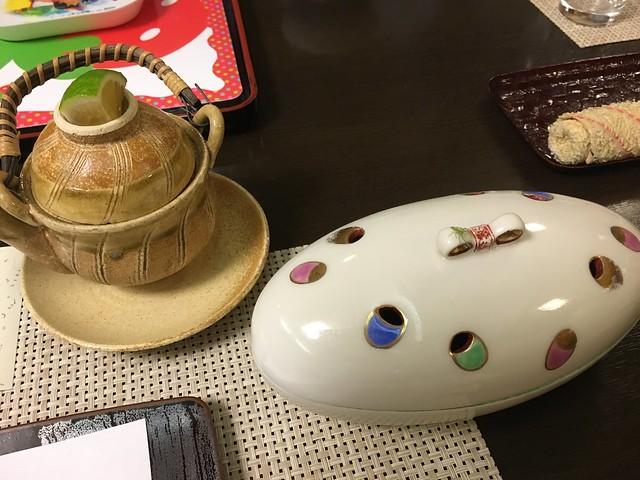 餐具好可愛,左邊是土瓶蒸,裡頭有椎茸、春菊、銀杏;右邊是三種盛り,裡面有雲丹(海膽),還有我不認識的魚。