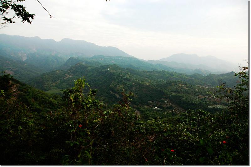 觀音山山頂東南眺糖子恩山、、花瓣山