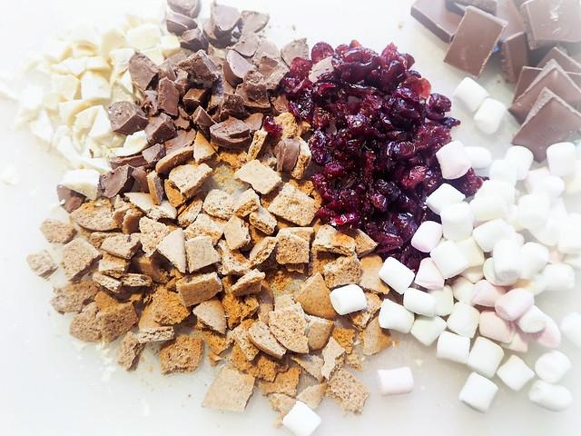 ChristmasRockyRoadRecipe-24486213,JouluinenRockyRoadOhje,ChristmasRockyRoad-25495111, christmas, joulu, recipe, resepti, rocky road, valkosuklaa, white chocolate, jouluinen ohje, christmassy, ruoka, food, herkut, delicacy, dried cranberru, kuivatut karpalot, pistaasipähkinät, pistachio nuts, marshmallows, vaahtokarkit, joulupipareita, christmas gingerbread cookies,