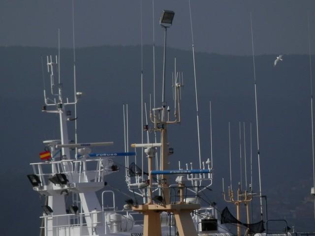 Múltiples antenas de barcos