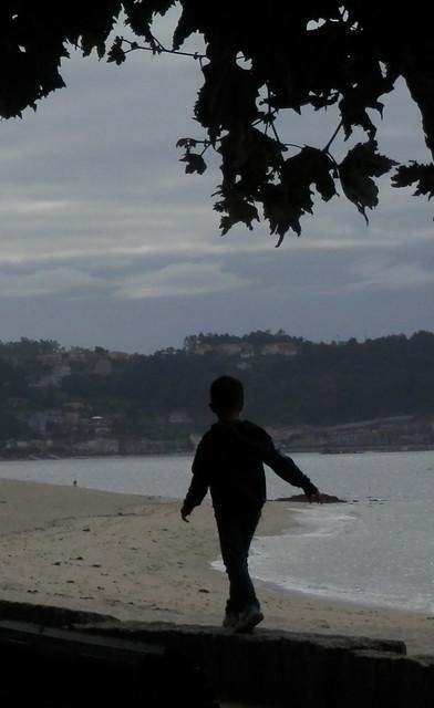 Niño andando junto al mar