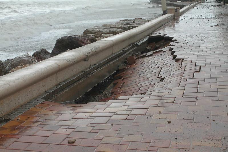 Efectos del temporal en el paseo marítimo de Almenara