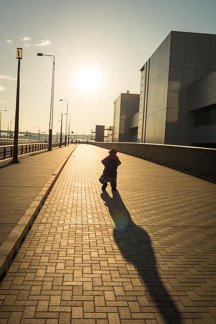 夕日を撮るカメラマンの写真