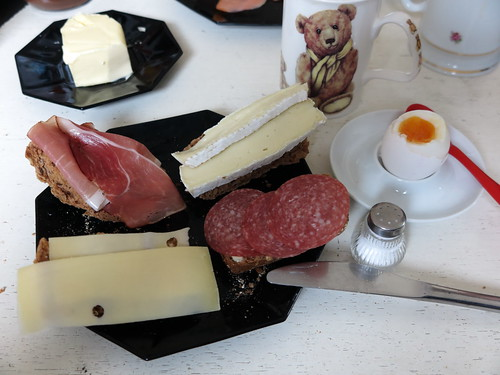 Schinken, Camembert, Salami und Gouda auf Aufbackbrötchen zum Frühstücksei