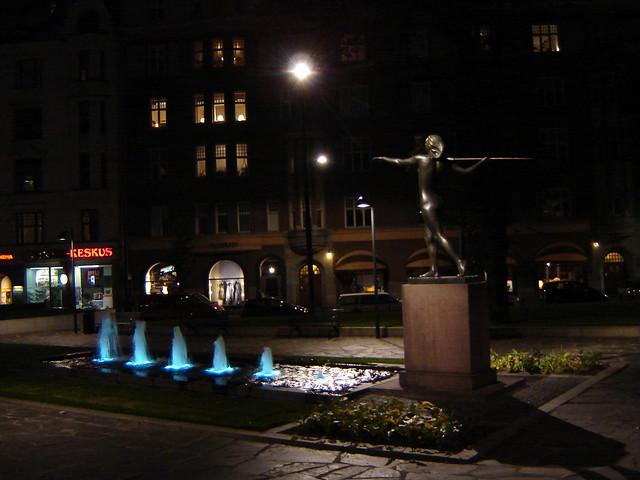 Diana-patsas yöllä