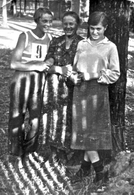 38. 1937 год  Шура Горемычкина,  Анна Васильевна,  Вера Воло