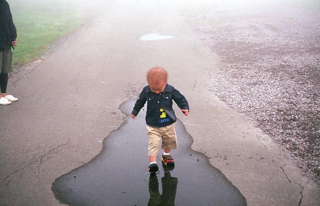 水たまりでステップを踏む子