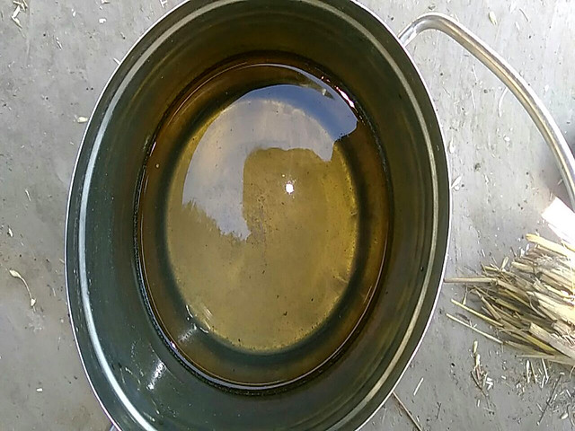 नेवादा के मजरे जोगी का पुरवा में हैण्डपम्प का दूषित पानी