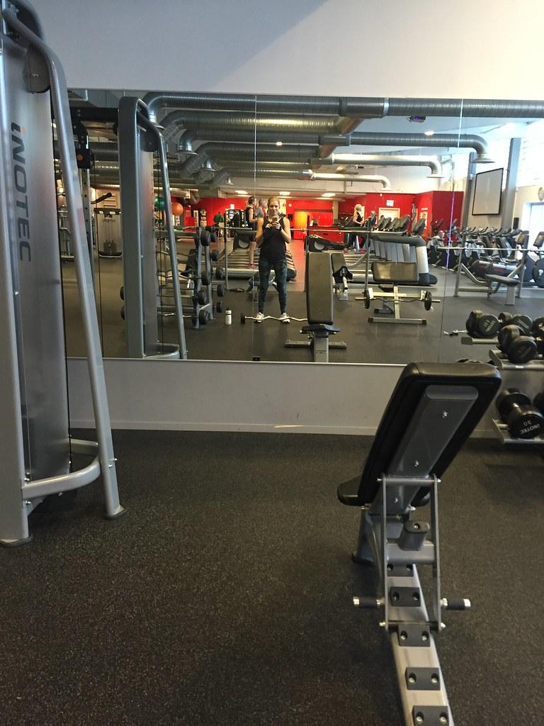 Träning på lunchen på gymmet