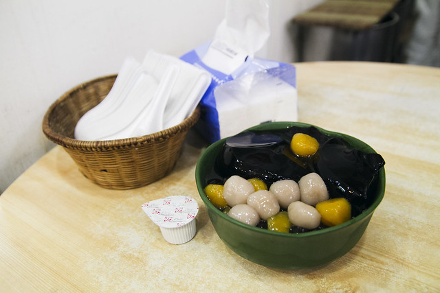 Grass jelly and taro balls dessert at 愛玉之夢遊仙草