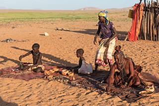 'Crocodile' mit Tochter auf dem Himba-Markt