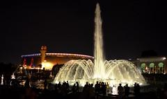 Fuente de agua de noche y Estadio Nacional de Perú