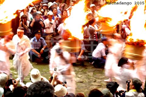 [05.07] 火把上的灰一直掉在頭上,旁邊的人還要幫忙噴水
