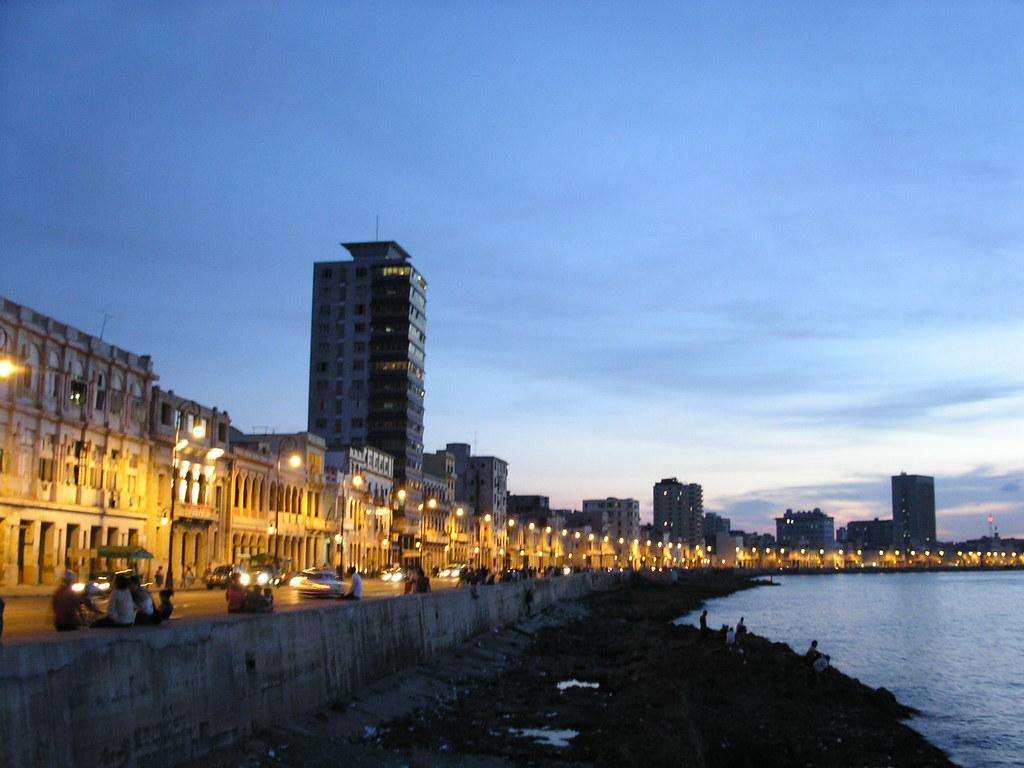 Havana - Malecón met z'n mooie, vervallen huisjes (foto: FlickR Umamimart)
