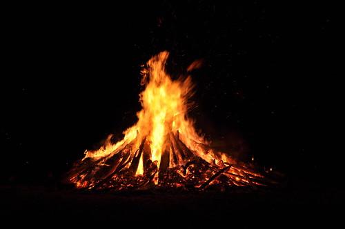 """Wie sieht das perfekte Lagerfeuer aus? Diese Frage stellte sich der Physiker Adrian Bejan. Symbolbild: """"Das Feuer 2"""" von radiobrain_ auf flickr / Attribution-NoDerivs 2.0 Generic (CC BY-ND 2.0)"""