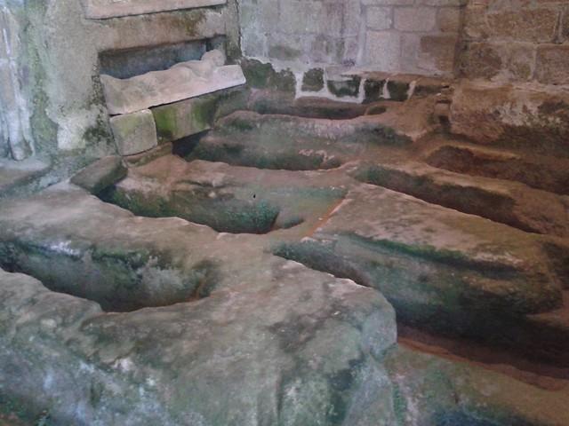 Tumbas en el monasterio San Pedro de Rocas