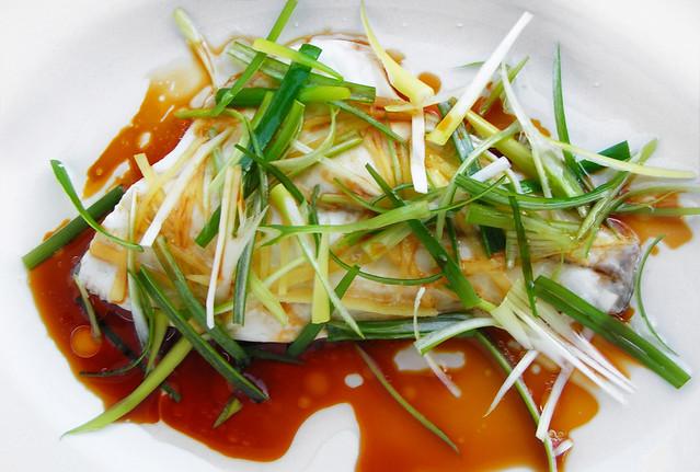 Chinees gestoomde Dorade met gember en lente-ui