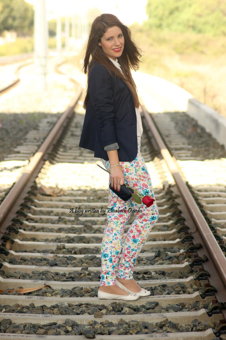 pantalones-florales-y-blazer-azul-HEELSANDROSES-(5)