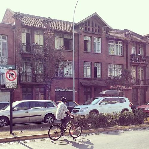 El edificio de toda la esquina de Irarrazaval y Parque Bustamante es bkn, y se ve muy antiguo #Santiago #Chile
