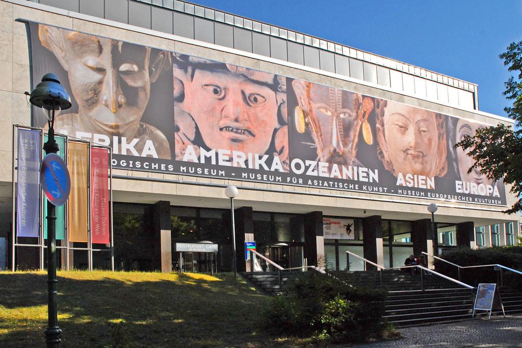 Entrée du musée d'ethnologie de Berlin. Photo de Jean Pierre Balbéra.