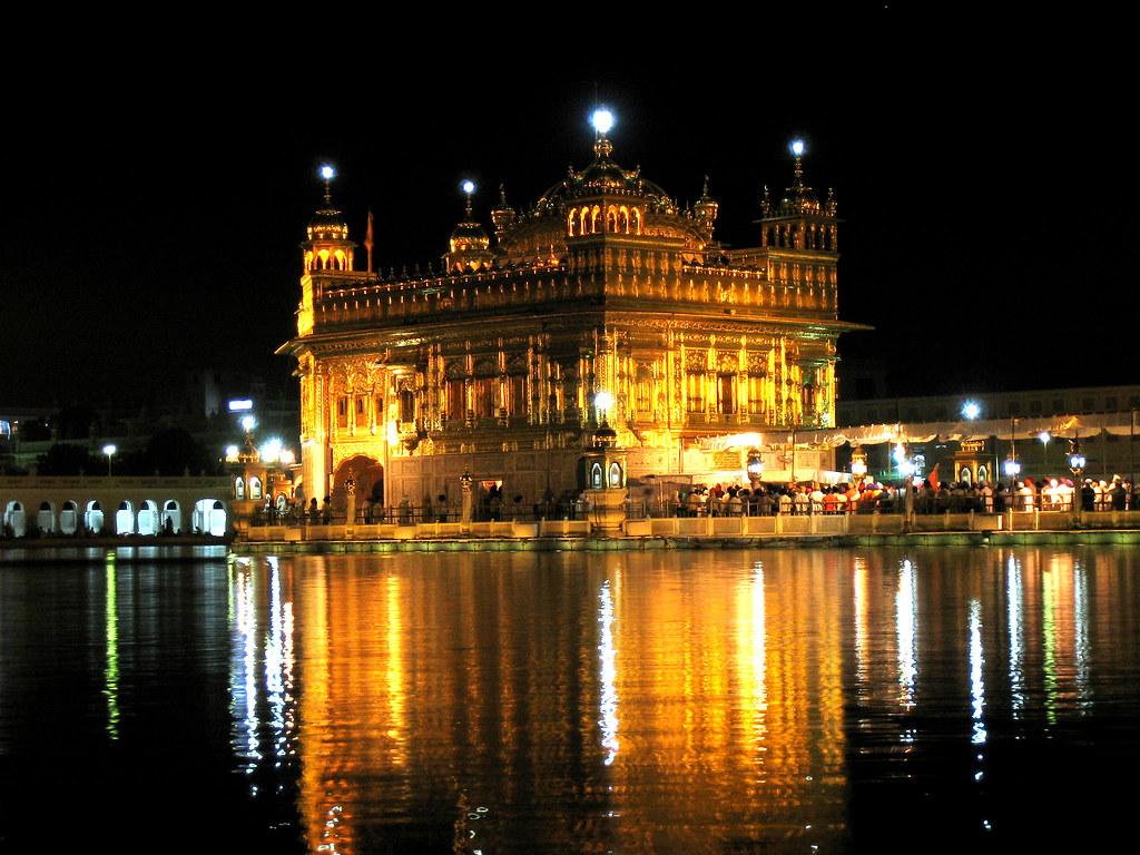 de noche en el templo dorado