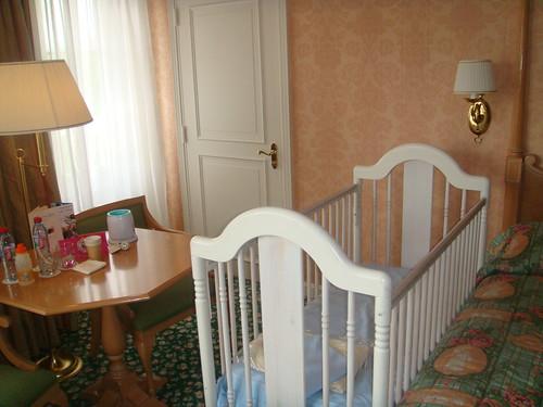 Hotel disneyland paris detalle de cuna en la habitaci n for Habitacion familiar disneyland paris