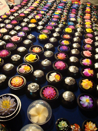 Many Flower-shaped Soaps on the table at Chiang Mai Night Bazaar สบู่รูปดอกไม้ที่เชียงใหม่ไนท์บาร์ซ่า | by AmpamukA