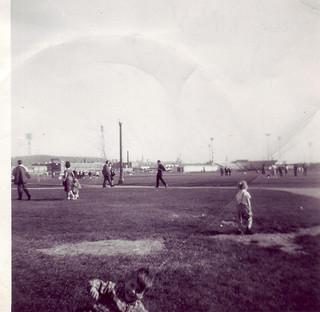 15 avril 1964 j'ai 5 ans en bas de la photo c'est moi au parc jarry,la petite blonde à droite ma soeur, au loin le futur stade des expos ouverture le 14 avril1969,au loin à gauche le mont-royal.