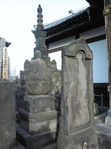 伊藤一刀斎の墓(右手前板碑、一刀流の構えの横姿が浮き出ている・・・)天妙国寺