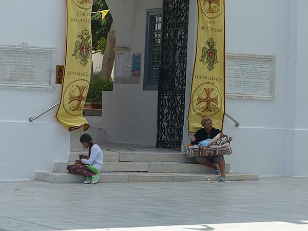 mendiantes devant la cathédrale de Paros