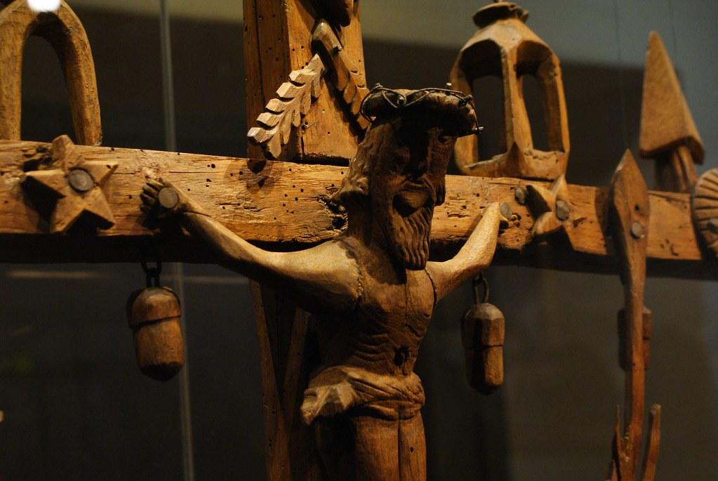 Statue en bois de Jésus sur la croix utilisé par des bateliers du Rhône au musée Gadagne à Lyon.