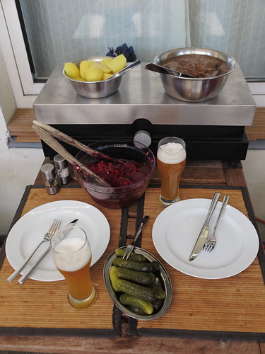 Westfälischer Pfefferpotthast mit Salzkartoffeln, Rote Bete Salat und Gewürzgurken (Tisch)