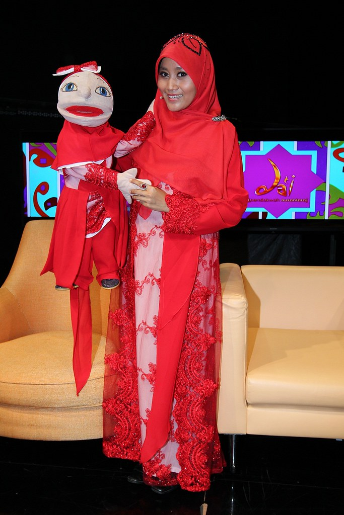 Ustazah Lulu Susanti Dari Indonesia