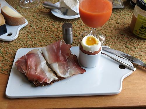 Schinkenspeck (Bio Janssen) auf aufgeknusperten Brot zum Frühstücksei
